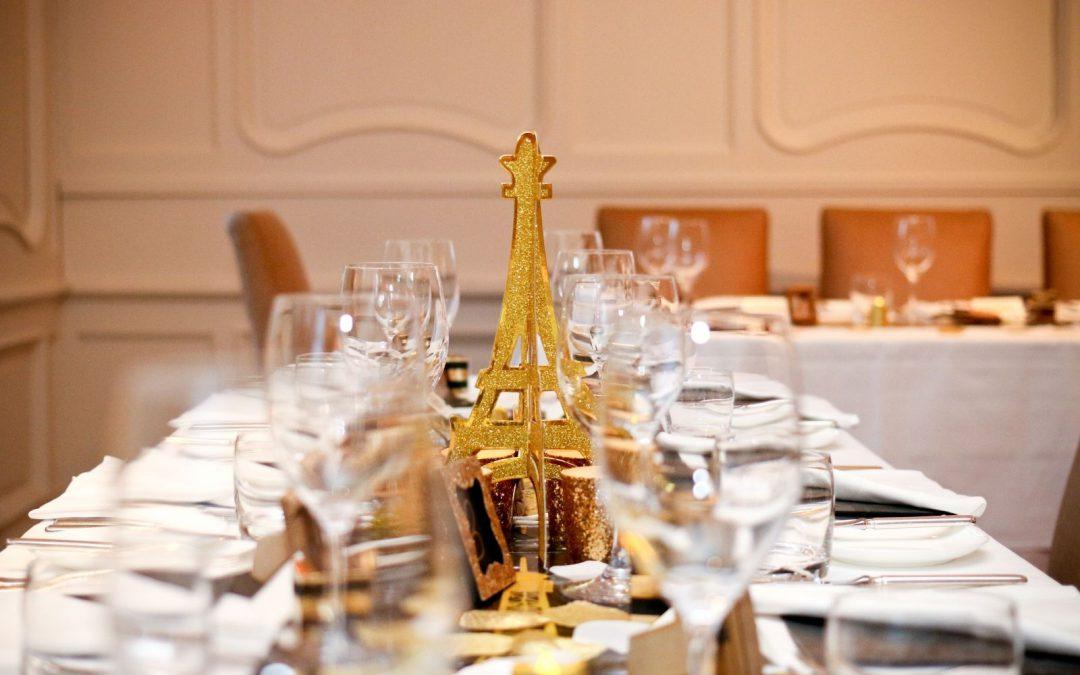 Sala weselna w restauracji idealna na przyjęcia okolicznościowe.